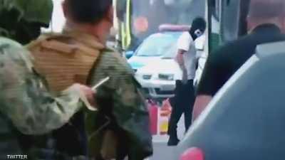 """بالفيديو.. لحظة """"قنص"""" مسلح برازيلي احتجز عشرات الرهائن"""