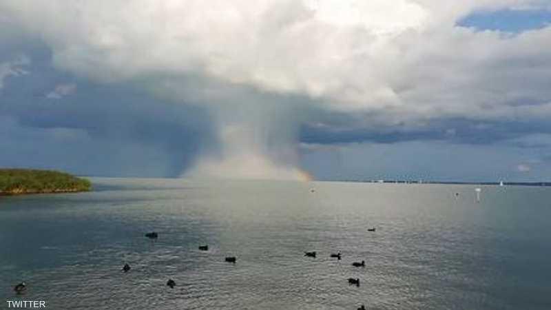 لحظة الانفجار الجزئي فوق بحيرة في هنغاريا