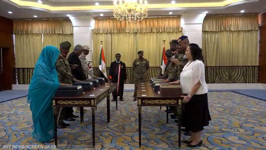 لحظة أداء اليمين الدستورية من قبل أعضاء مجلس السيادة