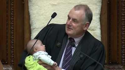 رئيس برلمان نيوزيلندا يرضع طفلا خلال جلسة نقاش