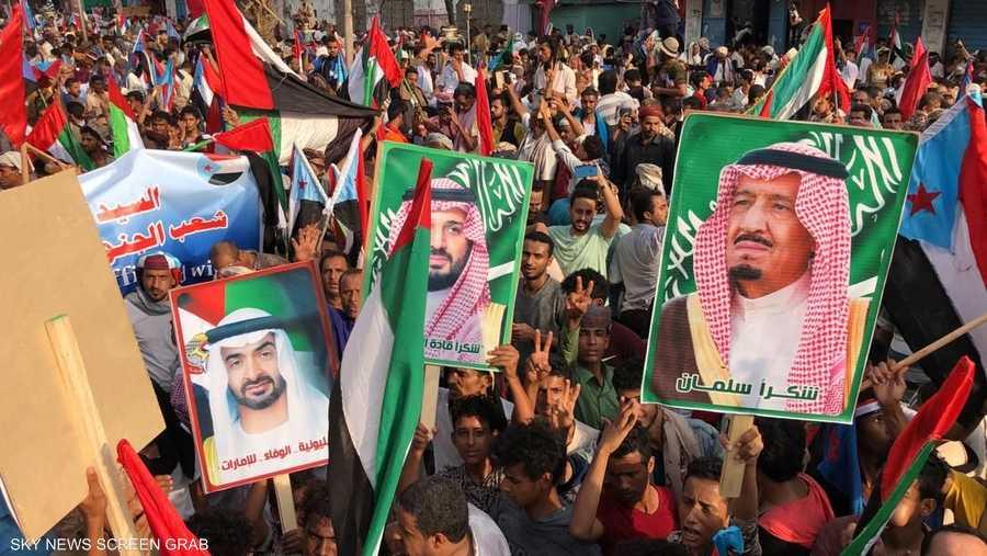 اليمنيون حملوا أعلام وصور قادة السعودية والإمارات