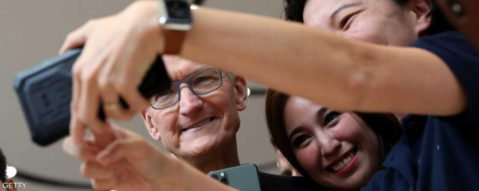 الحاضرون التقطوا صور سيلفي إلى جانب المدير التنفيذي لأبل.