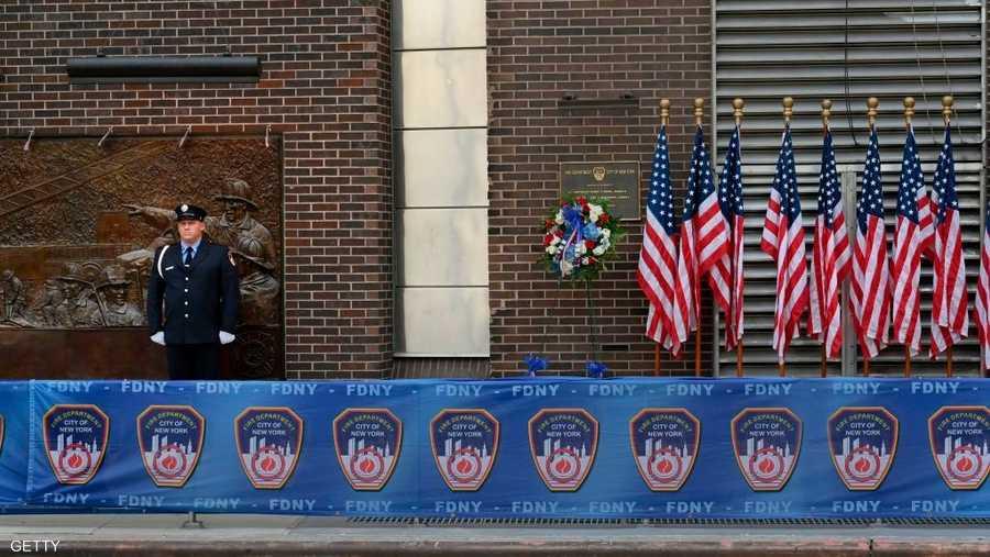رجل إطفاء يقف أمام مركز إطفاء الحرائق في ذكرى الهجمات.