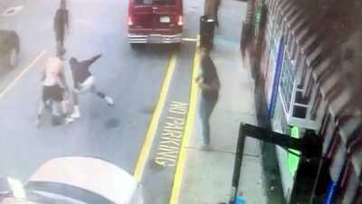 """فيديو """"العار"""".. صوروا مقتله بدلا من مساعدته"""