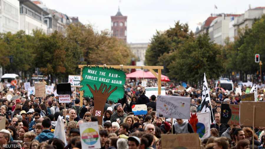 دعا المتظاهرون حكومة بلادهم إلى اتخاذ المزيد من الإجراءات الصارمة لخفض انبعاثات غازات الدفيئة.