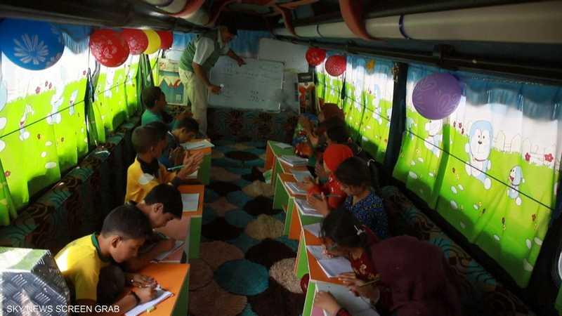 حافلة تتحول إلى قسم متنقل لتعليم الأطفال في سوريا