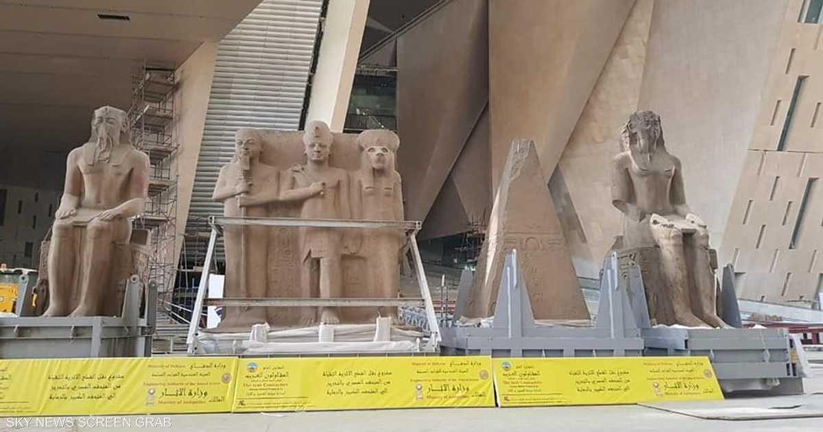 الآثار المصرية تنقل 4 قطع ضخمة إلى