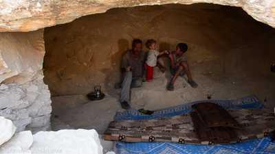 شاهد.. سوريون يتخذون من كهوف بدائية مساكن لهم