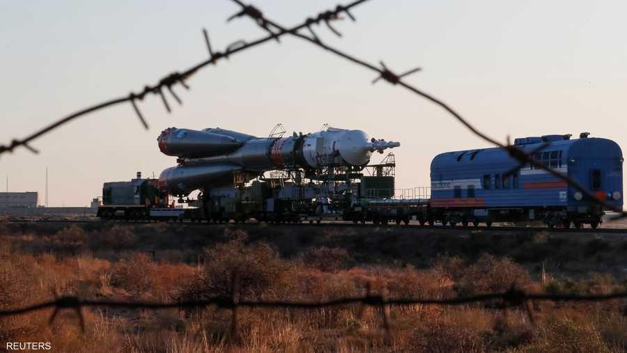 """نقل الصاروخ """"سويوز أف جي"""" للمنصة عبر سكة حديد قبل عملية الإطلاق إلى الفضاء الخارجي."""