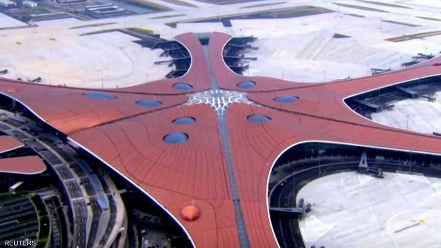 يتخذ المطار شكل طائر العنقاء، وهو من تصميم المعمارية العراقية الشهيرة زها حديد