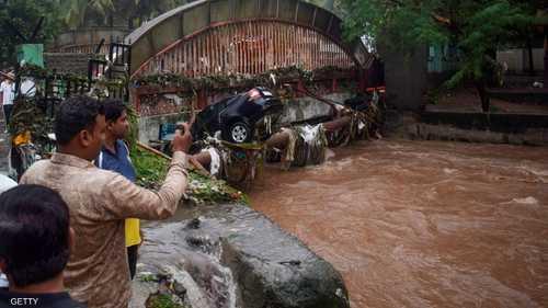 قتل 44 شخصا على الأقل ونقل آلاف آخرون إلى مخيمات إيواء بسبب فيضانات نجمت عن أمطار غزيرة في ولاية أوتار براديش الهندية.