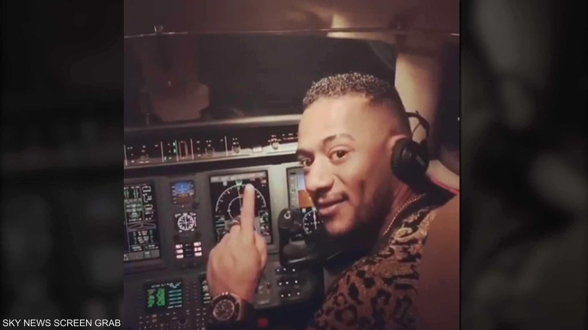 محمد رمضان يقود طائرة بنفسه إلى الرياض