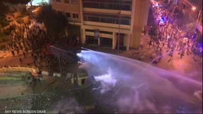 الشرطة اللبنانية تفض المتظاهرين بالقوة