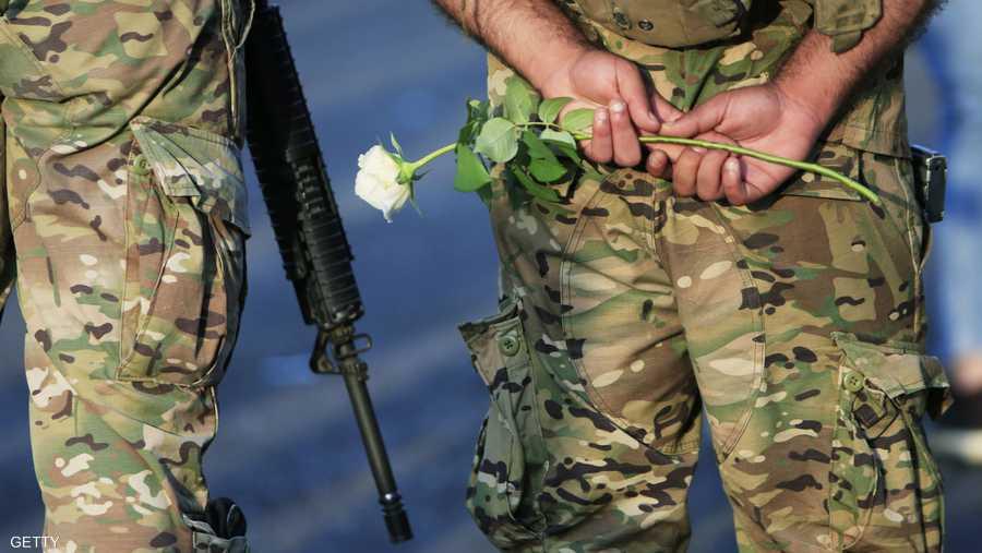 بعض المتظاهرين وزعوا الورود لعناصر الشرطة