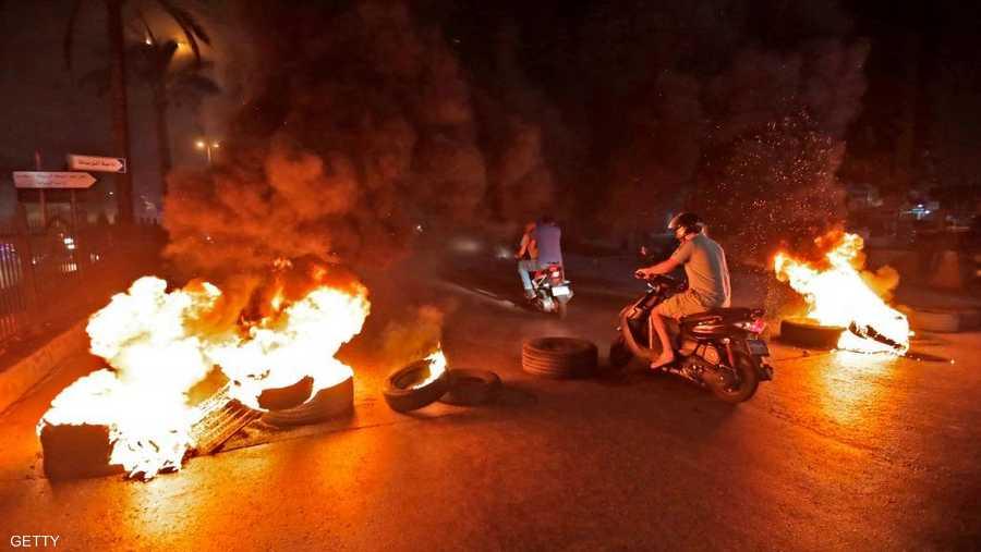 أغلق محتجون في أنحاء لبنان الطرق