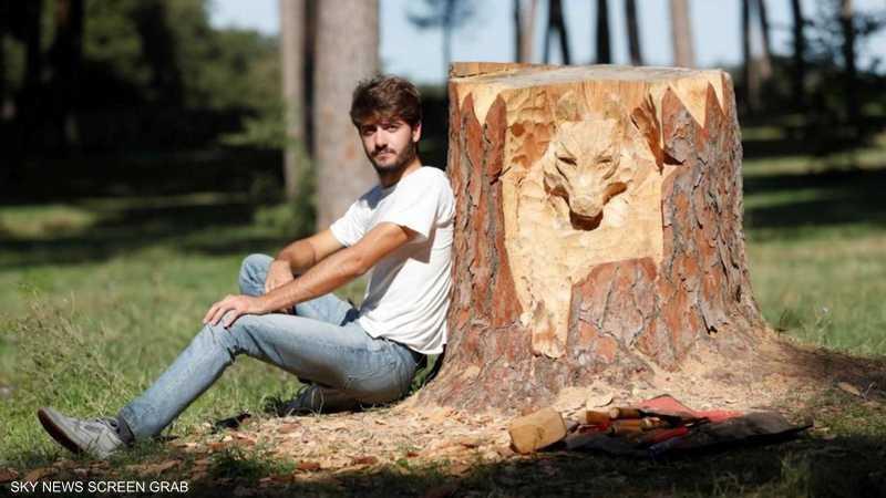 نحات إيطالي يحول جذوع الأشجار إلى لوحات فنية