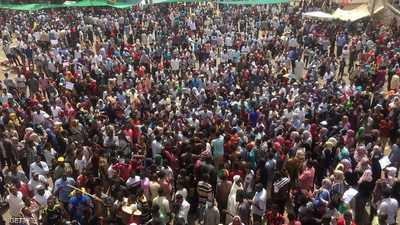 تجمع حشد من الرجال والنساء في الخرطوم