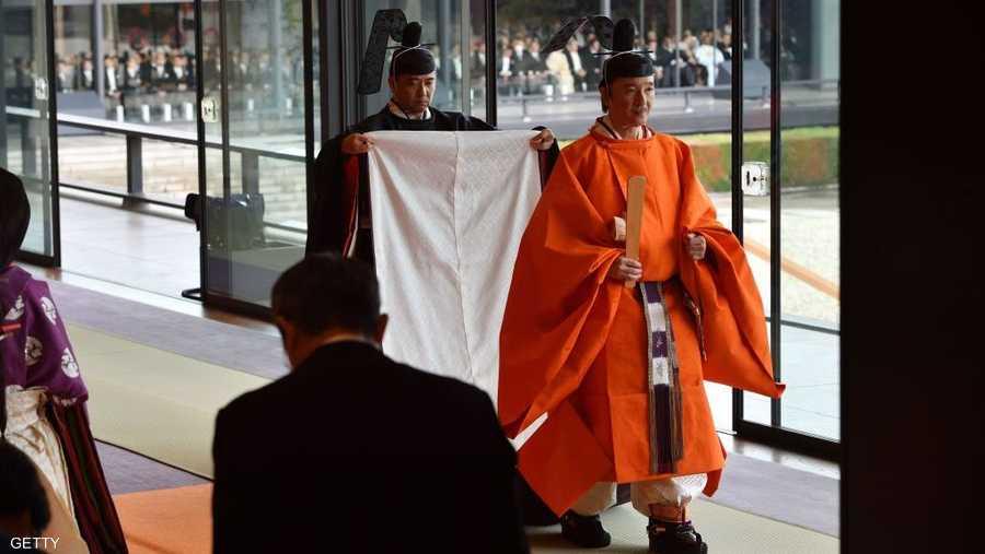 ارتدى ناروهيتو ثوبا برتقاليا وبنيا تقليديا صبغ بخشب شجرة يابانية وشمع ياباني، إضافة إلى غطاء رأس أسود مزينا بذيل مستقيم.