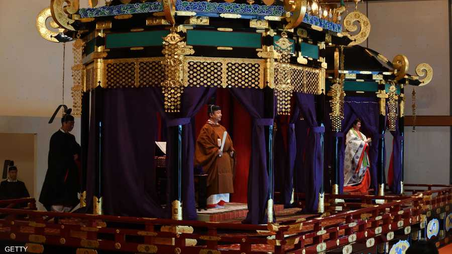 تعهد ناروهتيو خلال مراسم التتويج بالقصر الامبراطوري بالقيام بواجباته الدستورية كرمز للدولة وبالبقاء قريبا من الشعب