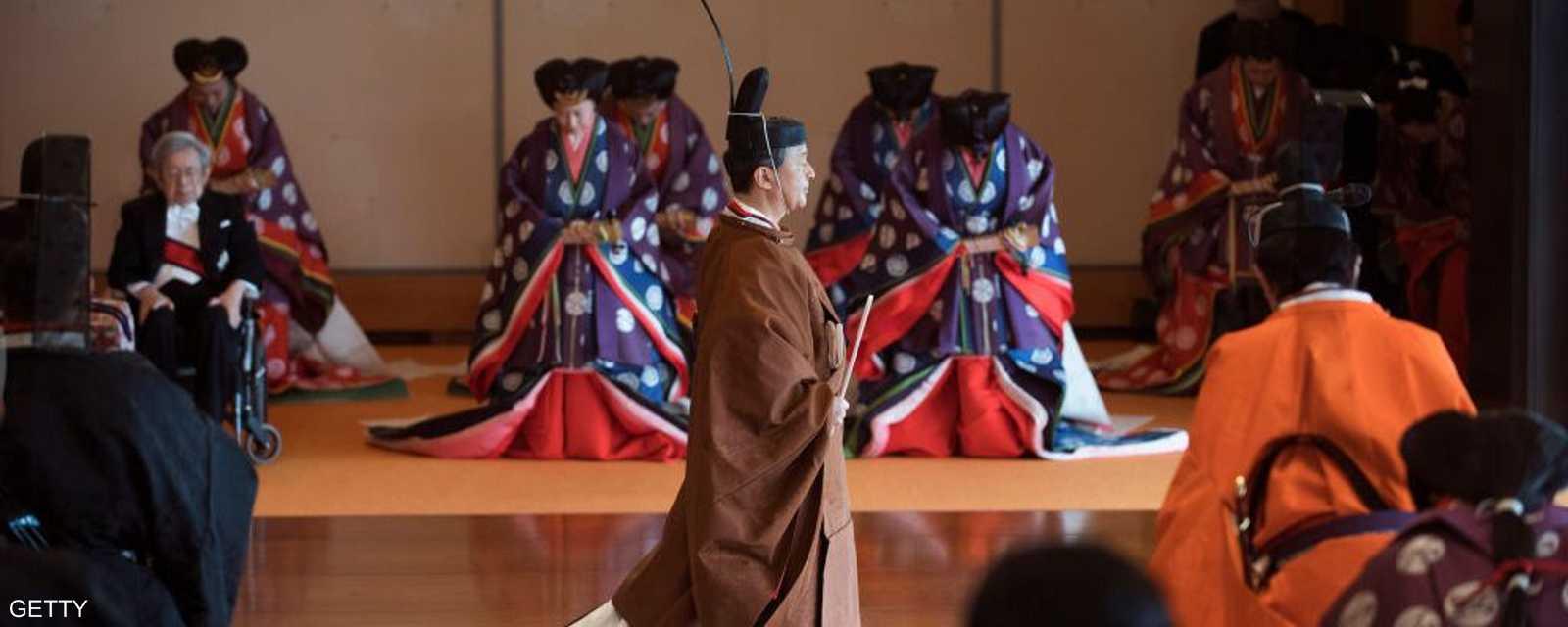 الإمبراطور ناروهيتو مغادرا المراسم بعد تنصيبه رسميا