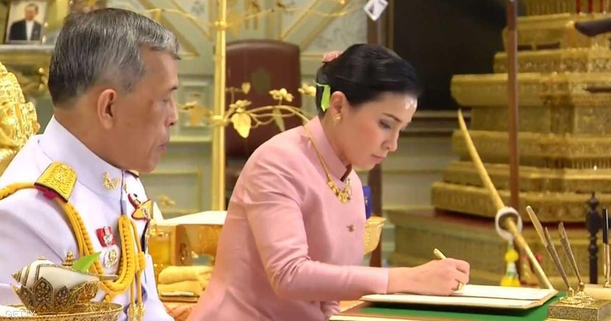 ملك تايلاند يجرد