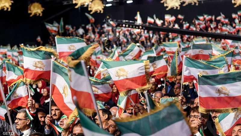 """أعضاء مجاهدي خلق يلوحون بالأعلام الإيرانية بألبانيا """"أرشيف"""""""