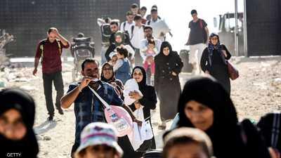 لاجئون سوريون يعبرون الحدود إل بلادهم قادمين من تركيا