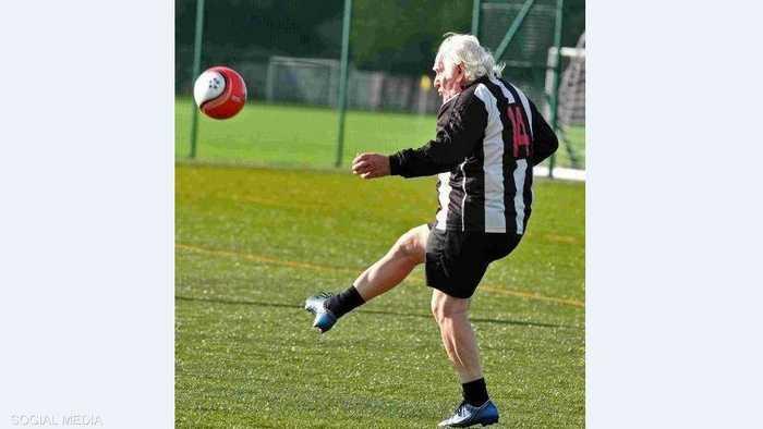 بورثويك يسدد الكرة خلال التدريبات في دورست