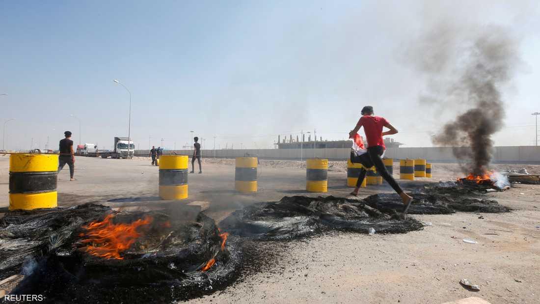 متظاهرون غاضبون يغلقون بالنار طريقا مؤديا إلى ميناء أم قصر