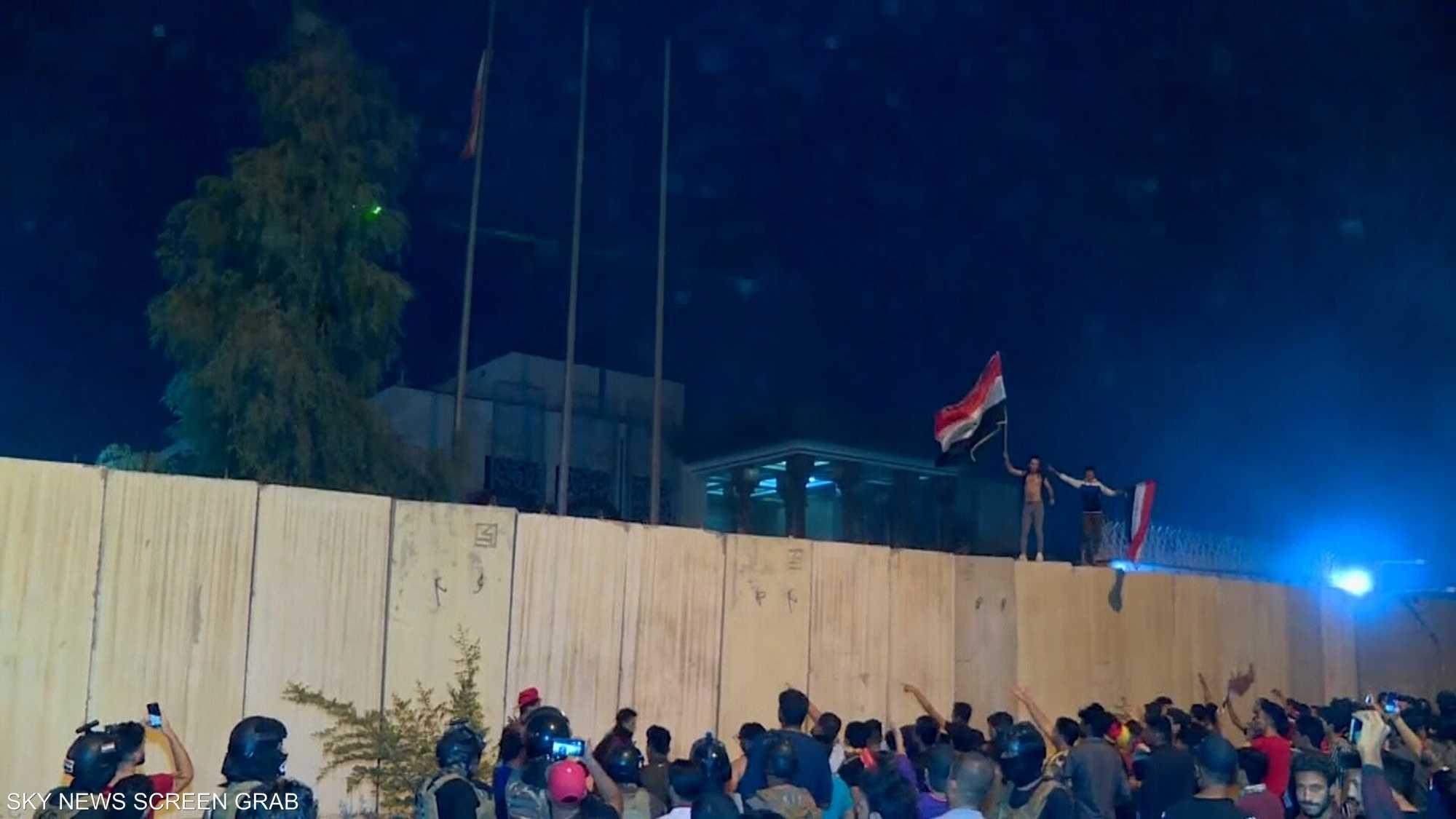 محتجون يحاولون إضرام النار في مقر قنصلية إيران في كربلاء