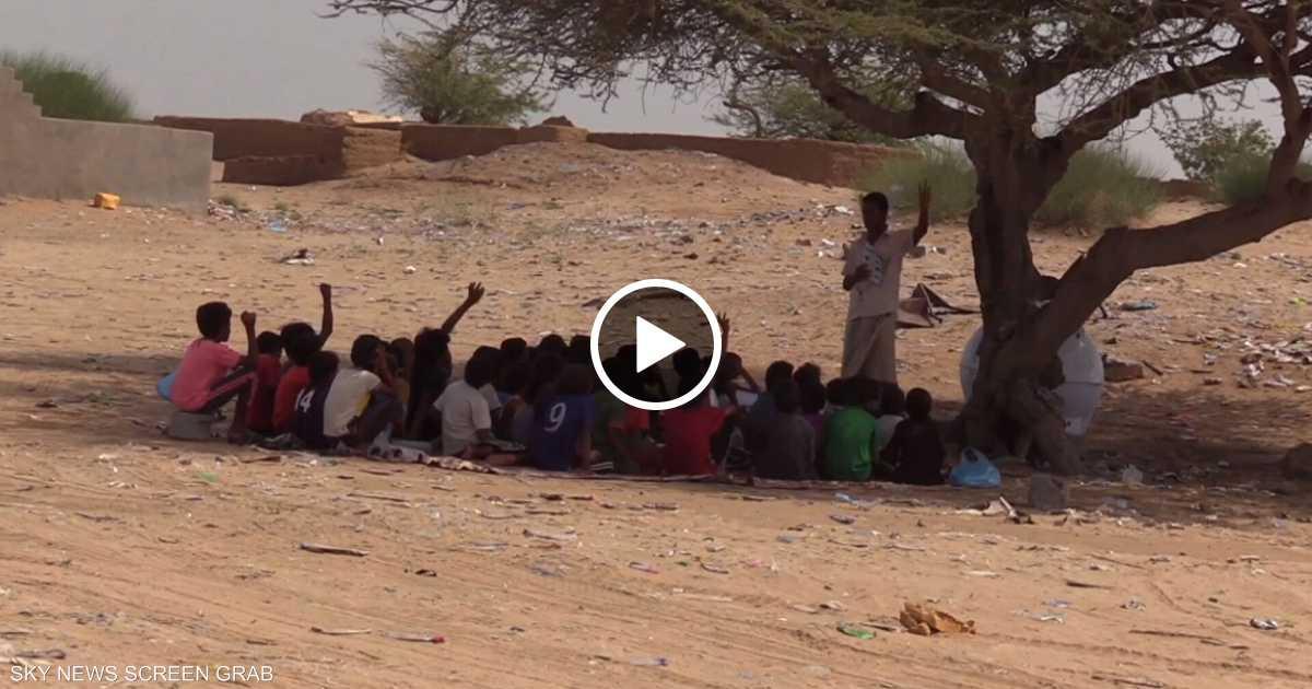 مئات الطلاب يدرسون في العراء بعد تفجير الحوثي لمدارسهم