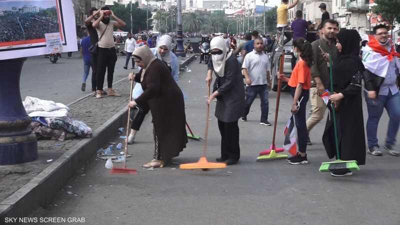 نساء يتطوعن لتنظيف ساحة التحرير في بغداد