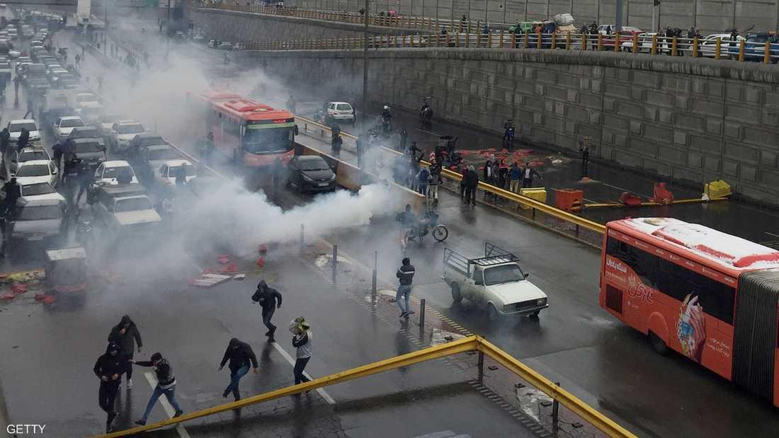 المظاهرات تجتاح مدنا إيرانية كبرى.. والأمن يقمعها بالرصاص