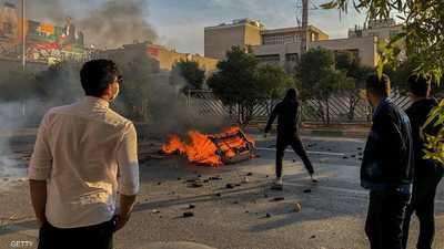 الشارع الإيراني يلتهب.. ومتظاهرون يحرقون صور المرشد