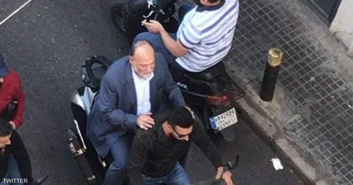 """بالفيديو.. نواب لبنانيون يواجهون المتظاهرين بـ""""الدهس"""" و""""ركوب الدراجات"""""""