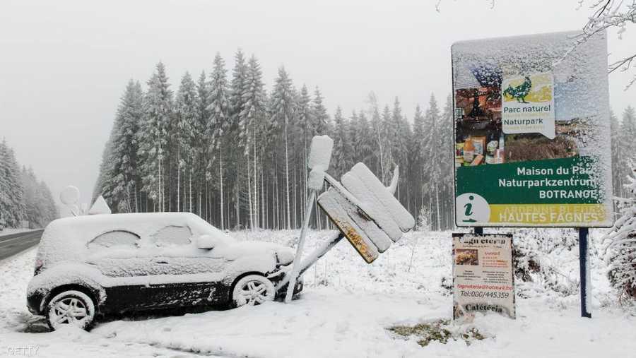 حوادث السير نتيجة طبيعية لنزول الثلوج، ومنها سيارة انحرفت عن الطريق في مدينة ويمس البلجيكية.