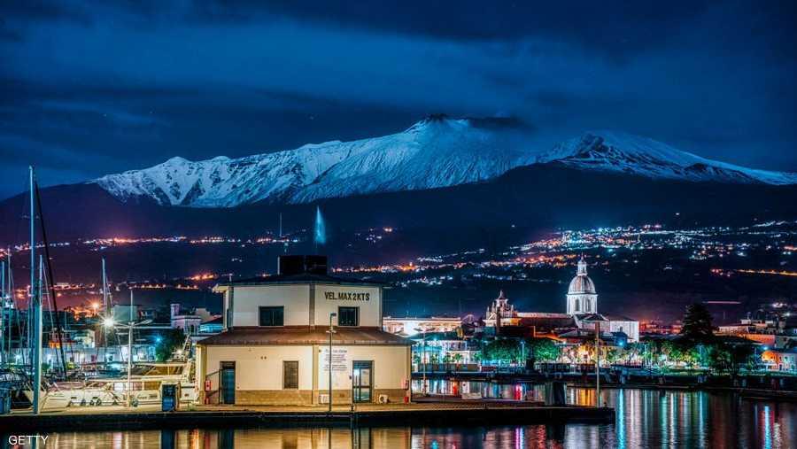 الثلوج تشكل منظرا جميلا على قمة جبل إيتنا في صقلية الإيطالية.