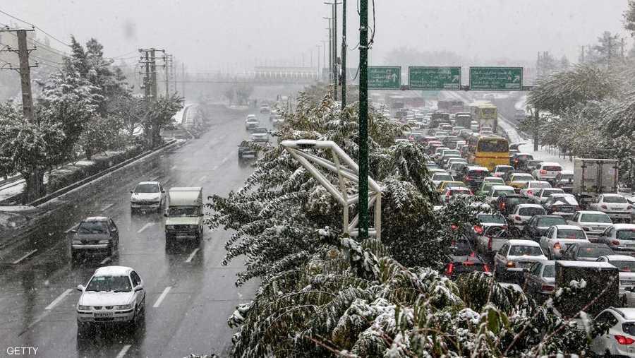 بشكل غير متوقع.. الثلوج غطت العاصمة الإيرانية طهران.
