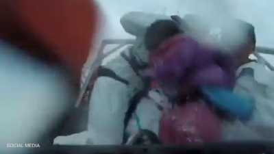 """فيديو يحبس الأنفاس.. """"عُمر جديد"""" لطفل انقلب قاربه وسط البحر"""