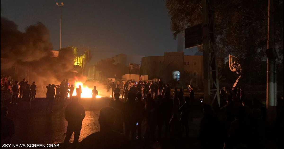 جرحى بين المتظاهرين بالنجف.. ومواجهات في كربلاء
