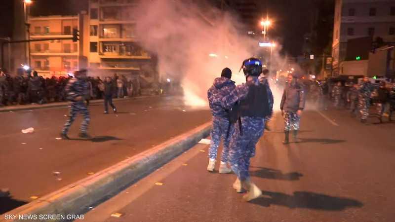 قوات مكافحة الشغب تفتح جسر الرينغ وسط بيروت