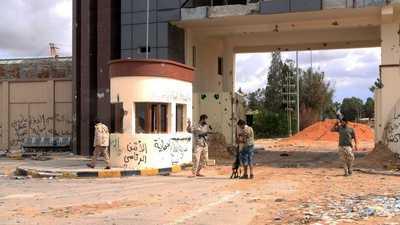 ليبيا.. ميليشيات تحاصر مقرات حكومية وأنباء عن تهريب السراج