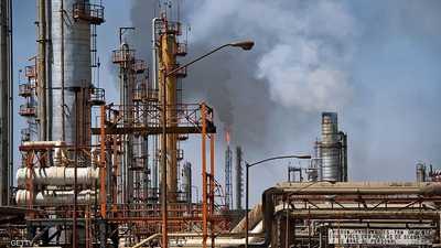 النفط يتراجع مع استعداد أوبك لبحث مزيد من التخفيضات بالإنتاج