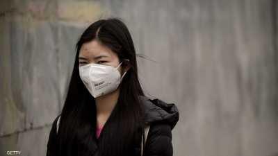 فتاة صينية ترتدي قناع طبيا في بكين