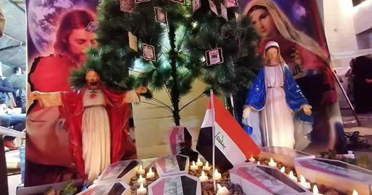 تضامنا مع محتجي العراق.. أشجار الميلاد تتزين بصور الضحايا