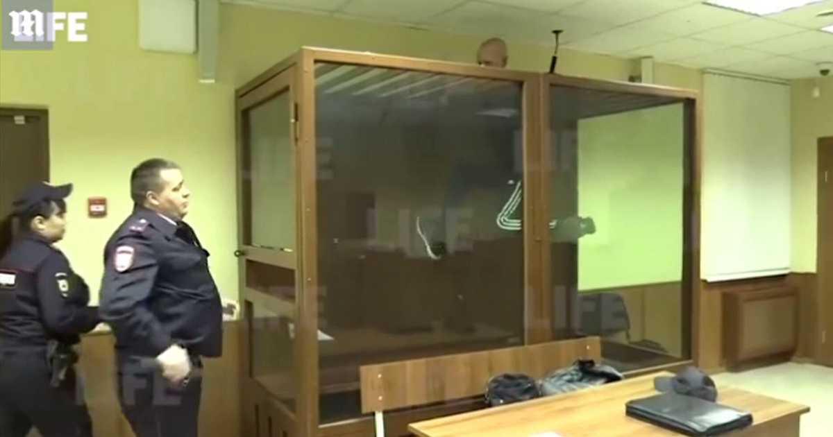 قاتل يحاول الهرب أثناء محاكمته.. وفيديو يرصد