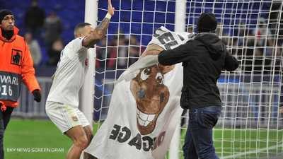صورة حمار في قلب الملعب تغضب قائد فريق أولمبيك ليون الفرنسي