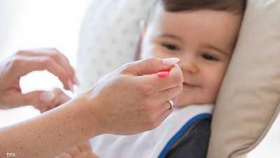 يمكن البدء بتقديم الأطعمة الصلبة للرضيع بعمر 5