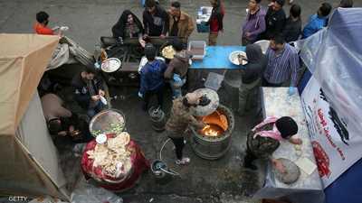 """في ساحة التحرير.. مائدة """"غير طائفية"""" تجمع العراقيين"""