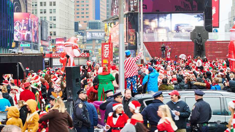 الأمطار لم تمنع المئات من الاحتفال بيوم ارتداء زي بابا نويل.